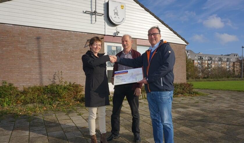 Esther Remmerswaal mocht een mooie cheque van de Rabobank overhandigen aan Adri Hendriks en Rob Hemmes van de IJsclub. Foto: VSK