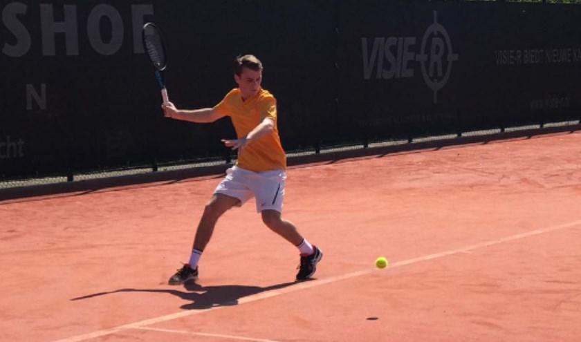 Zaterdag Heren 2, Ralph Driessen, in actie bij tennisvereniging Forescate. Gaat het team kampioen worden dit jaar?