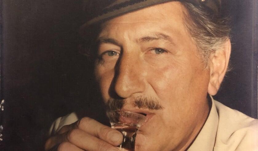Vader Jaap hield wel van een borreltje en een rokertje. Een gezelligheidsmens die veel voor Voorschoten heeft gedaan. Foto: Jan Teske
