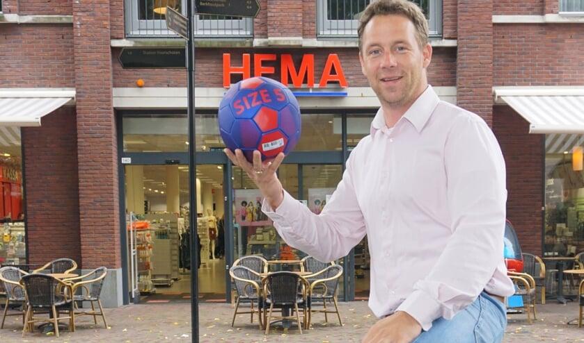 Een nieuwe actie in Voorschoten: .... & schenk! 'Wie lokaal boodschappen doet, steunt gelijk de vereniging die je zelf kiest', zegt Bas te Riele. Foto: VSK