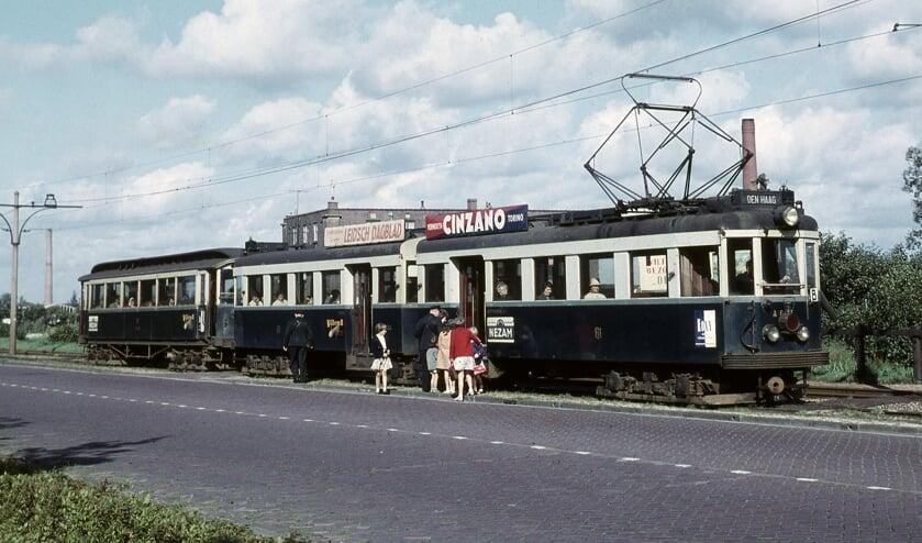 <p>Tramstel A607/A608 reed in september 1961 tussen Voorschoten en Leidschendam. Foto: Frits van der Gragt.<br><br><br></p>