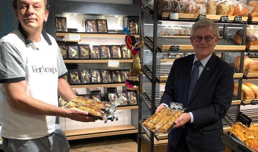 <p>Burgemeester Aptroot heeft bij Bakkerij Verhoog tien banketstaven aangeschaft voor de voedselbank.&nbsp;</p>