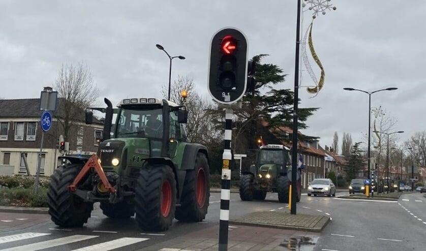 <p>Het verkeer in Voorschoten liep dinsdag vast door de trekkers. Boer Peter van Vliet legt uit waarom. Foto: VSK</p>