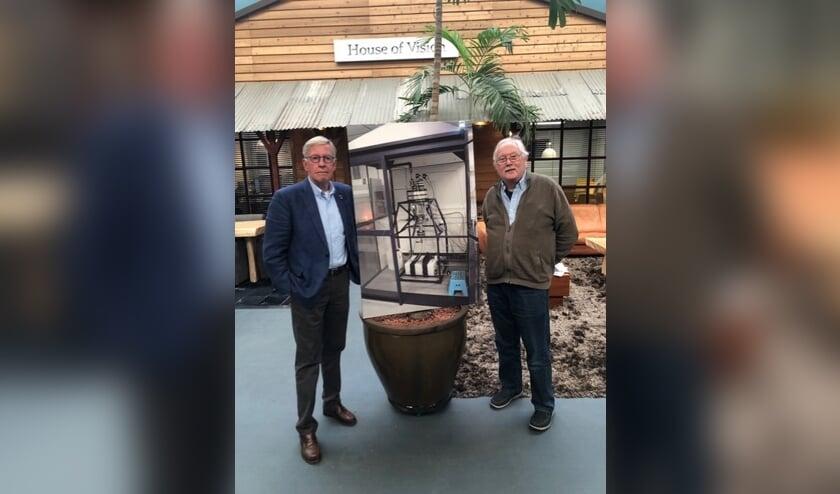 <p>Jan Willem Kelder (l) met Gerard Lugtigheid, de uitvinder van de h2fuel techniek in de hal van House of Vision met een grote foto van de H2Fuel generator die op PlantOne Botlek Rotterdam staat. Foto:PR</p>
