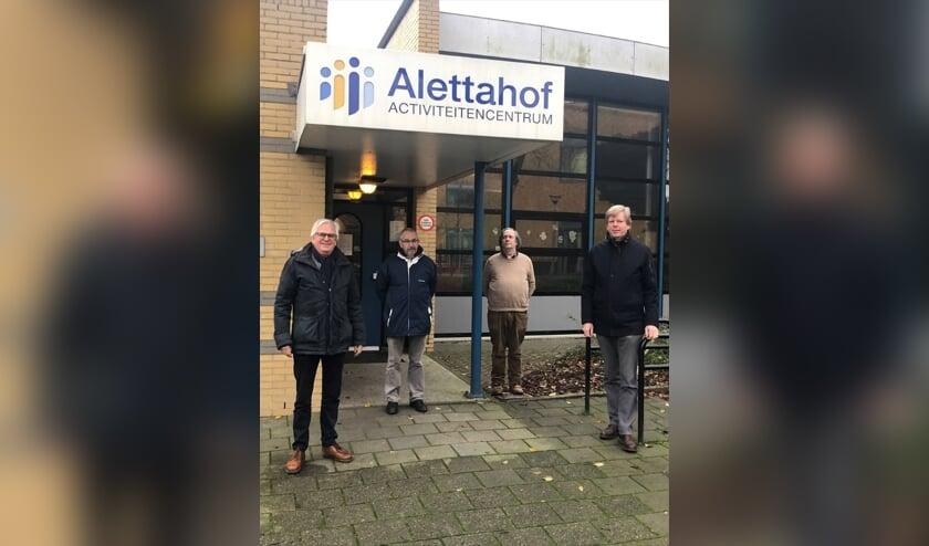 <p>Activiteitencentrum Alettahof: van links naar rechts: wethouder Marcel Cramwinckel, het bestuur: de heer S. Spann, de heer W. Koster, de heer B. van der Ploeg. </p>