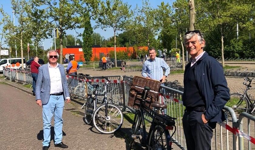 Marcel Cramwinckel (wethouder Sport), Pieter van Dijken (voorzitter Voorschoten '97) en Martijn Schoonhoven (voorzitter Forescate). Foto: gemeente Voorschoten
