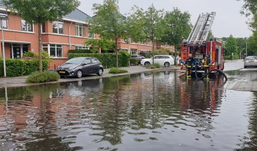 De Middelgeestlaan stond blank. De brandweer is twee uur bezig geweest met het water wegpompen. Foto: Brandweer Voorschoten