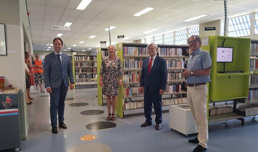 v.l.n.r. wethouder Paul de Bruijn, Mariska Koning (directeur bibliotheek), interim burgemeester Charlie Aptroot, dhr. R. Hooijdonk (bestuurslid bibliotheek). Foto: Gemeente Voorschoten