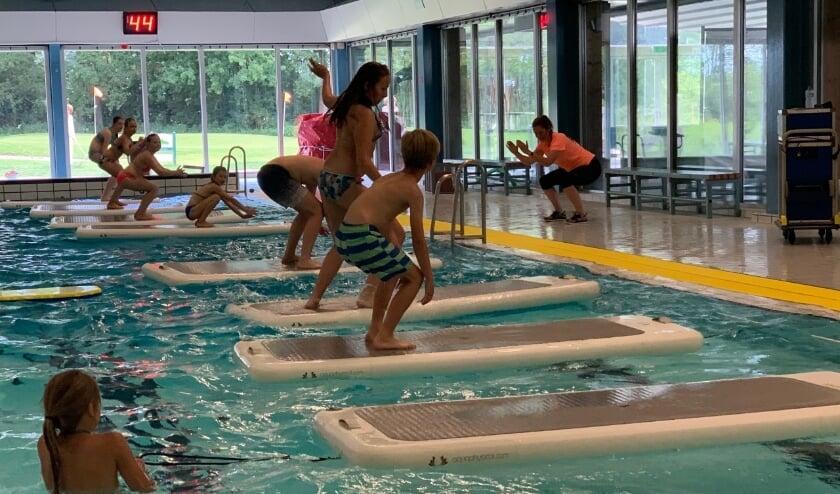 Floatfit4Kids in Het Wedde. Het valt nog niet mee om op de aquabase te blijven staan. Foto: Sportfondsen Voorschoten