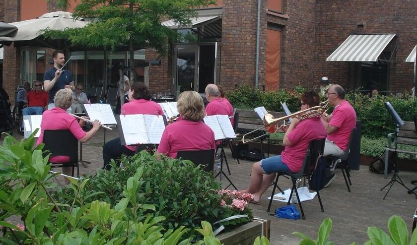 Een ensemble van de Harmonie Voorschoten verzorgde vorige week optredens bij Topaz Vlietwijk en Florence. Foto: Harmonie Voorschoten