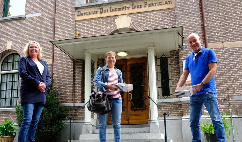 Het bestuur van de Rotary met voorzitter Ellen Fekkes (l) bracht taart bij het getroffen Huize Bijdorp.