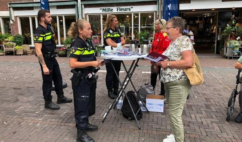 Politieagentes Dominique van Wensveen (voor) en Leila van der Hoek gingen samen met collega Armando de markt op. Foto: VSK
