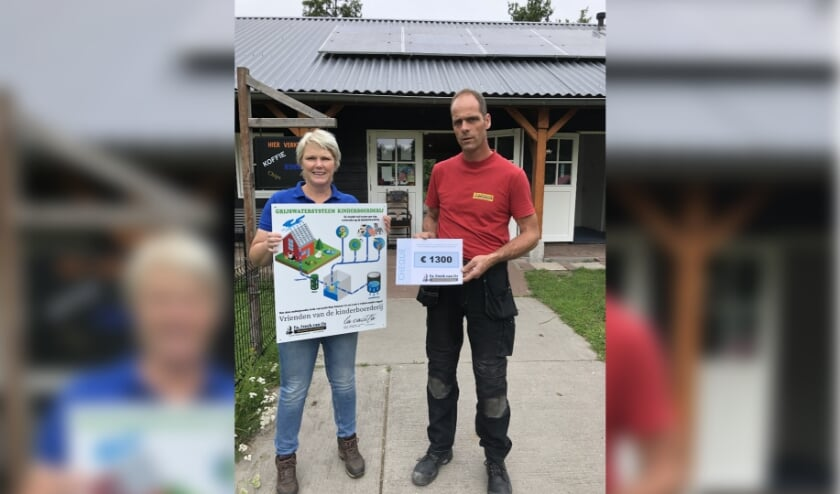 Sandy Seijn van de Kinderboerderij nam de instructies bij het grijswatersysteem in ontvangst. Foto: Firma Freek van Os