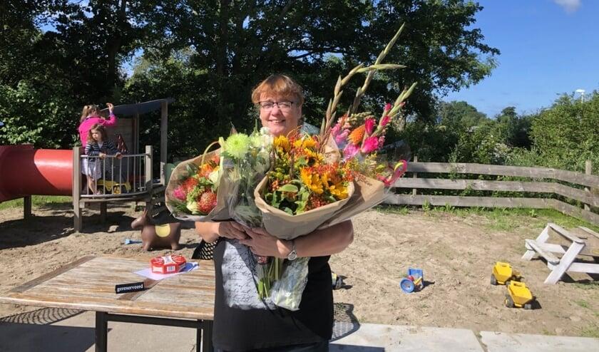 Yvonne Geers na de ondertekening van het certificaat in de bloemetjes gezet!