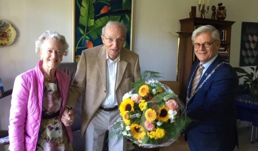 Burgemeester Aptroot kwam het echtpaar Hertogh-Zaat feliciteren met hun diamanten huwelijk.