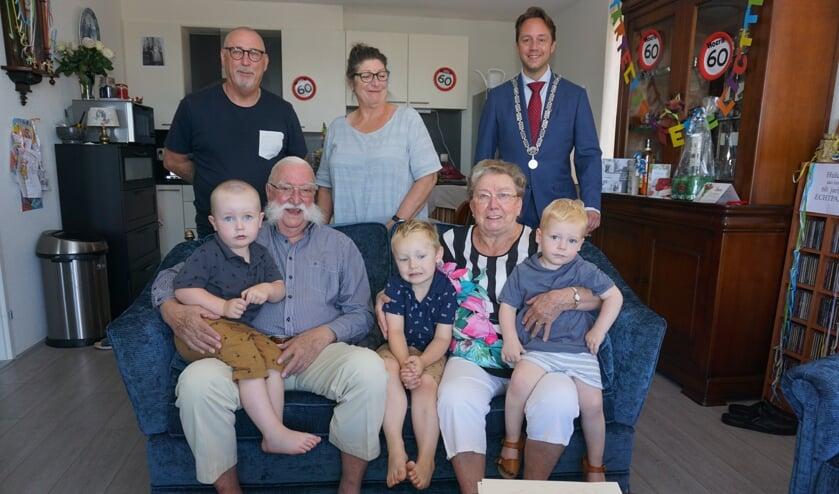 Het echtpaar Elijzen, dochter en schoonzoon en de drie musketiers. Loco-burgemeester De Bruijn kwam feliciteren. Foto: VSK