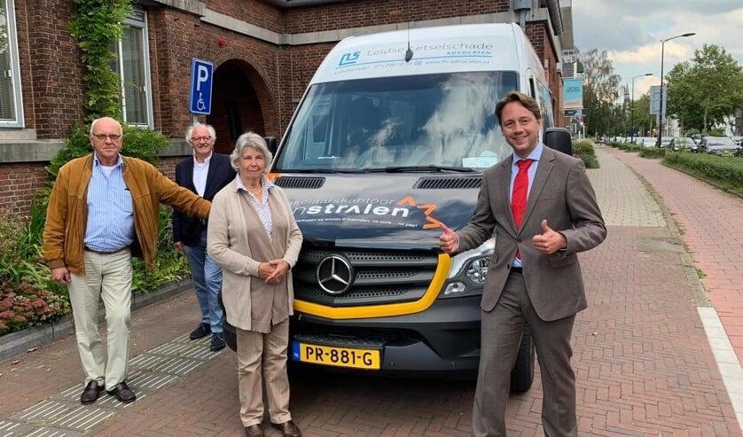 De Cirkelbus bestaat 30 jaar en wordt gefeliciteerd door wethouder De Bruijn (r). Foto: Gemeente Voorschoten