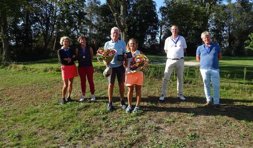 <p>In het midden Hans en Carmen Dijksterhuis. Voor het eerst in de geschiedenis van de VGC werd een echtpaar allebei kampioen.&nbsp;&nbsp;</p>