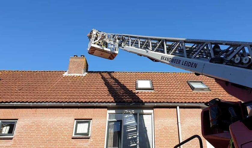 Pech, de kat vluchtte weg voor de ladderwagen. Foto: Brandweer Voorschoten