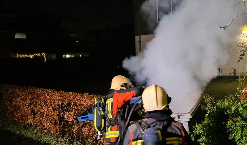 <p>De brandweer moest tijdens de jaarwisseling zeven keer uitrukken voor kleine brandjes. Foto: facebook brandweer Voorschoten</p>