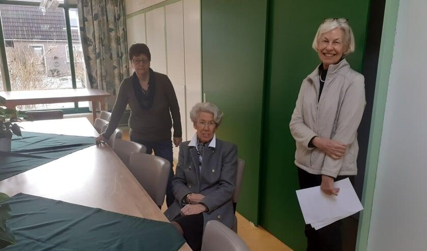 <p>Drie van de vrijwilligers in de hobbyruimte. Van links naar rechts Fokje Nicolai, Marjan Vegt en Lydia van Leeuwen </p>
