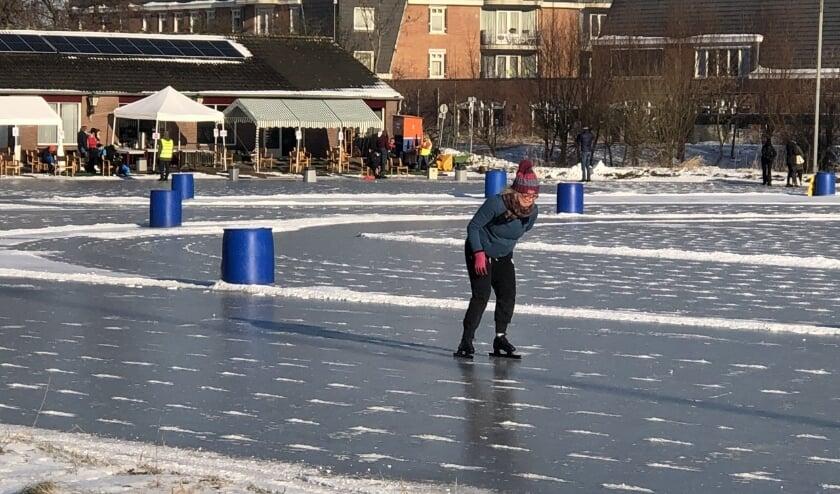 <p>De eerste schaatser die zich op het gladde ijs waagt!</p>