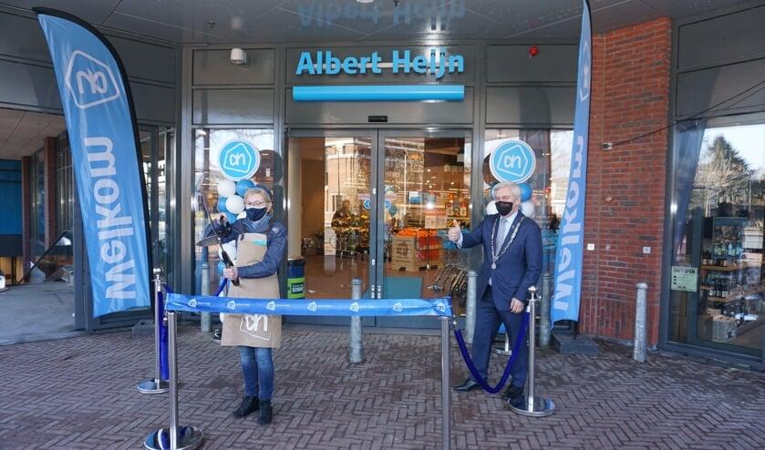<p>Joke mocht met burgemeester Aptroot de vernieuwde Albert Heijn openen.&nbsp;</p>