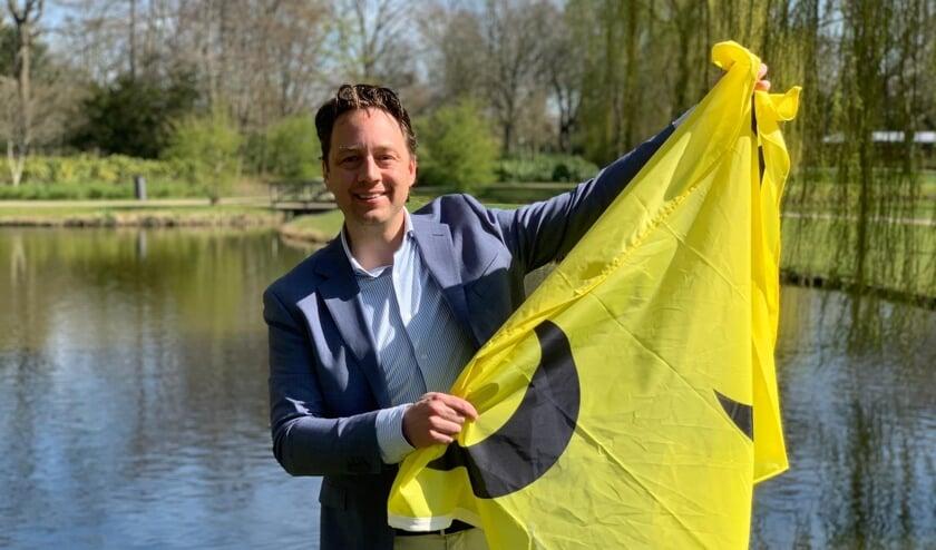 <p>Wethouder Paul de Bruijn heeft een nieuwe vlag aangeschaft.&nbsp;</p>