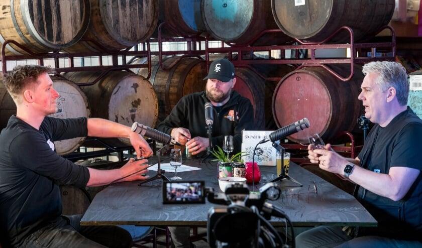 <p>vlnr Roel Buckens &ndash; Brouwerij Frontaal, Ferry Wijnhoven &ndash; Beer Geeks en Thomas Acda &ndash; ambassadeur ALS proeven de Iron Horse het ALS bier dat bij Frontaal gebrouwen is.&nbsp;</p>