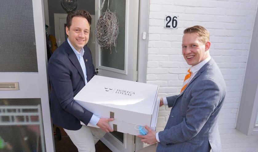 <p>Wethouder Paul de Bruijn ontving de eerste proefbox van de Voorschotense Proeverij uit handen van Ronde Tafel voorzitter Jasper Janssen.&nbsp;</p>