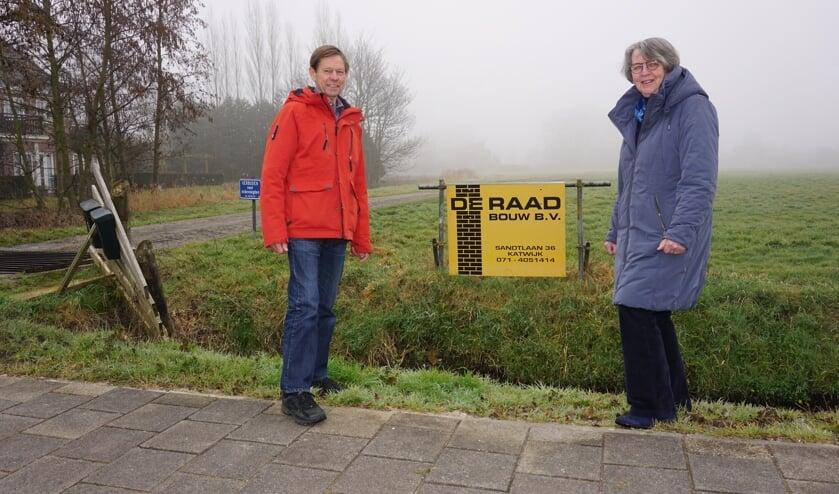 <p>Buren Albert Steinebach en Marijke de Vrankrijker vinden dat de tijdelijke ontsluitingsweg van Starrenburg III op een slechte plek is gepland. Foto: VSK </p>