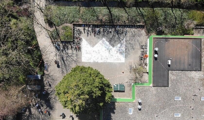 <p>Een luchtfoto van het schoolplein bij de Emmaus met de kroon. Foto: Emmausschool</p>