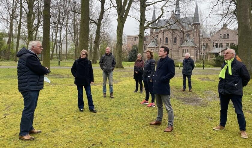 <p>Directeur Peter Meijs leidde de gemeenteraadsleden rond en legde de plannen voor de nieuwe buitenplaats Huize Bijdorp uit. Foto: VSK </p>