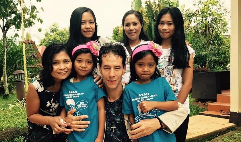 <p>Fina Sampe en Michiel Eduard in Toraja, Sulawesi. Deze kansarme kinderen worden ook ondersteund. Foto: Bert van Willigenburg </p>