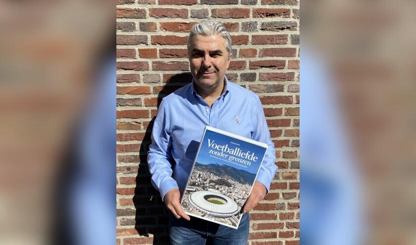 <p>Het nieuwe boek van Hans Douw is nu verkrijgbaar bij Primera aan het Deltaplein. Foto: Patricia Vogel</p>