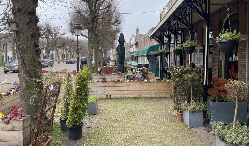 <p>De terrassen zijn nog leeg maar dat verandert de komende dagen. Op 28 april mogen de terrassen weer open. Foto: VSK</p>