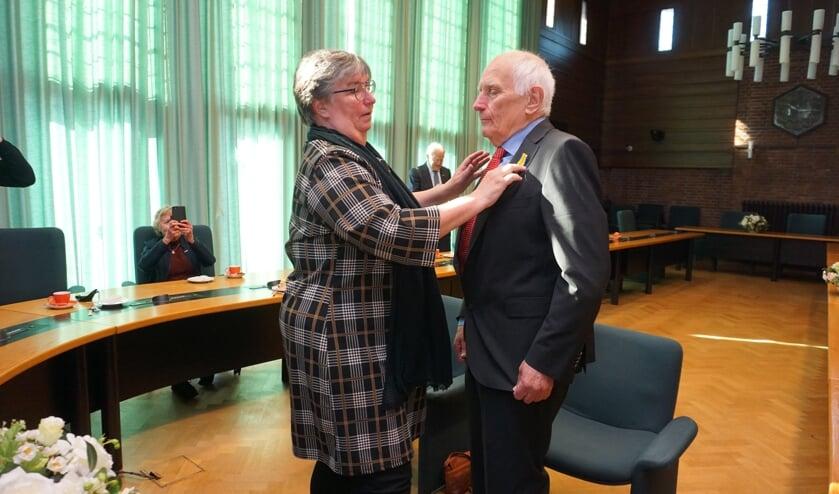 <p>Cees Besuyijen werd vanmorgen Koninklijk onderscheiden. Dochter Jolanda speldde de versierselen op. Foto: VSK</p>