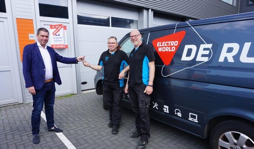 <p>Een bijzonder moment voor De Ru Service afgelopen vrijdag. Gerard de Ru (m) en Remko Meijer (r) krijgen van makelaar Patrick Bakker de sleutel van het nieuwe pand.&nbsp;</p>