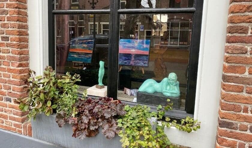 <p>De VKK kan nog niet exposeren in het Ambachts- en Baljuwhuis maar de kunst is wel achter de ramen van het pand te zien.&nbsp;</p>