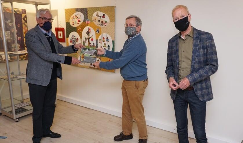 <p>Wethouder Cramwinckel ontvangt van Pierre van Grinsven het boekje &#39;Voorschoten archeologisch bezien&#39; onder het toeziend oog van bestuurssecretaris van Museum Voorschoten Jan Koster&nbsp;</p>
