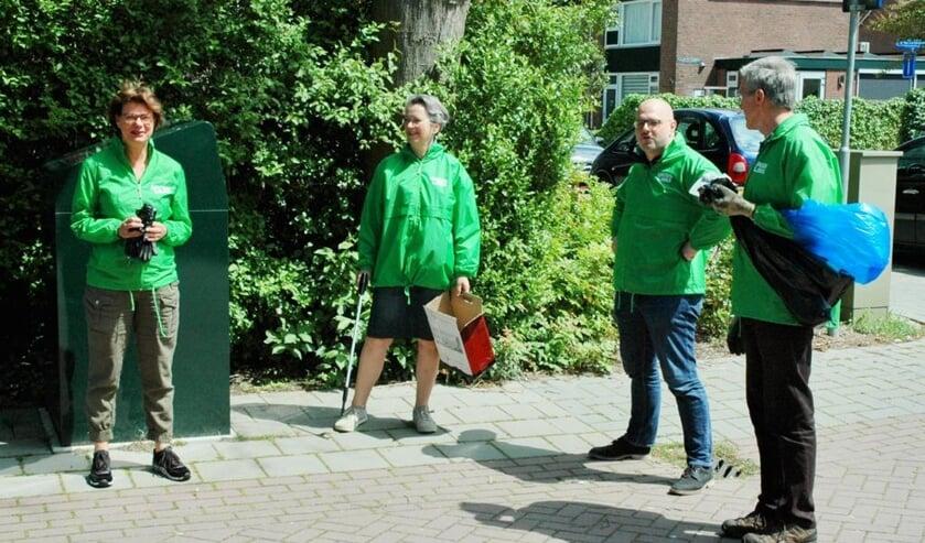 <p>Opruimen in de Vlietwijk. De GroenLinks fractie, wethouder Spil en 15 bewoners haalden zakken met zwerfafval van straat.&nbsp;</p>