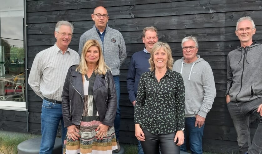 <p>Het nieuwe bestuur inclusief de beheerder van het tennispark, van links naar rechts; Ton van Emmerik, Evelien Loose, Cees Rietmulder, Bas Norel, Jolanda Friedhoff-Kneijber, Henny Rodenburg (beheerder) en Peter Scholtens.</p>
