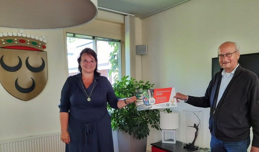 <p>Burgemeester Nadine Stemerdink kocht het eerste Zonnebloem lot in Voorschoten van Zonnebloemvoorzitter Rob van Gelder</p>