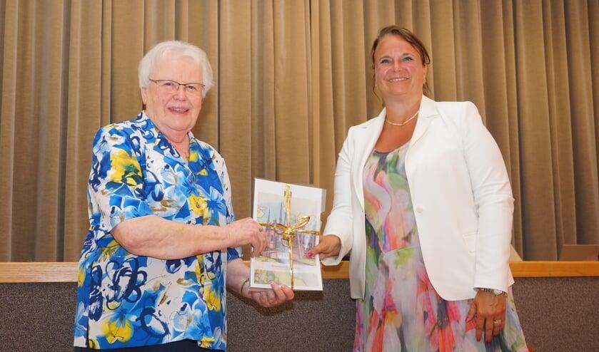 <p>Zuster Regina overhandigde de allereerste brochure met het visiedocument aan burgemeester Stemerdink.&nbsp;</p>