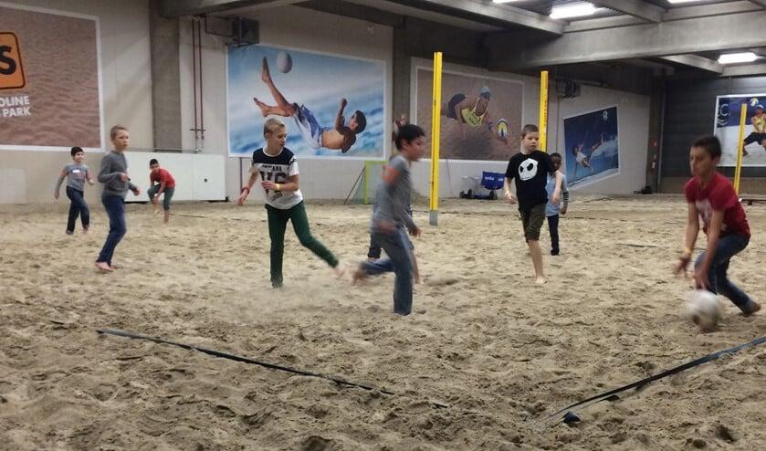 Beachvolleybal is een van de activiteiten die Woej en SenW organiseerden voor de Jonge Helden (archieffoto).