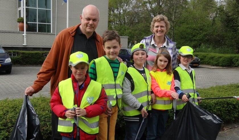 <p>Basisschoolkinderen van De BeestenBende laten zien hoe bedreven zij intussen al zijn in het schoon houden van de eigen buurt (archieffoto Ap de Heus).</p>