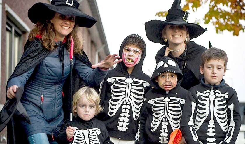Kinderen en volwassen showden hun Halloweenkostuums op de rode loper en gingen op de foto (foto: Jolanda Nowee, tekst: Sean Hughes).