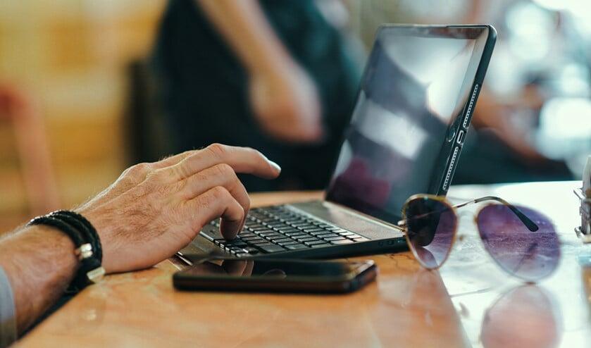 <p>Voor het volgen van online lessen bleek niet elk gezin te beschikken over genoeg laptops (archieffoto Martijn Mastenbroek).</p>