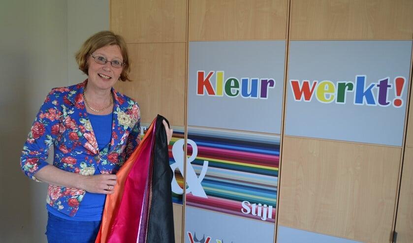Marion van Oostrum maakt bij het bepalen van het kleuradvies gebruik van gekleurde doeken (foto: Inge Koot).