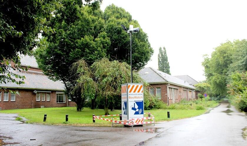 Een mast met een bewakingscamera bij de gebouwen op het terrein van Schakenbosch (foto: DJ).